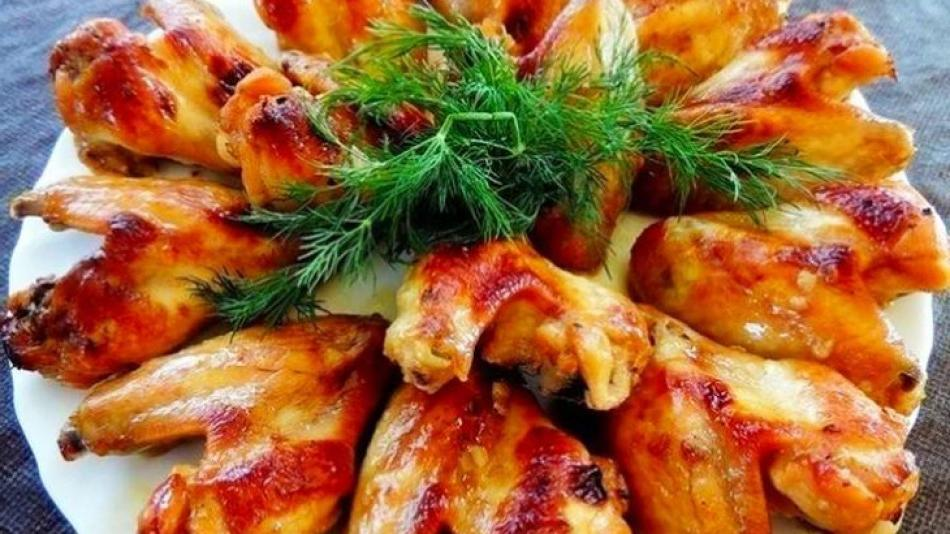 Моя свекровь готовит вкуснейшие куриные крылышки, они просто тают во рту: она рассказала, что весь секрет в соусе