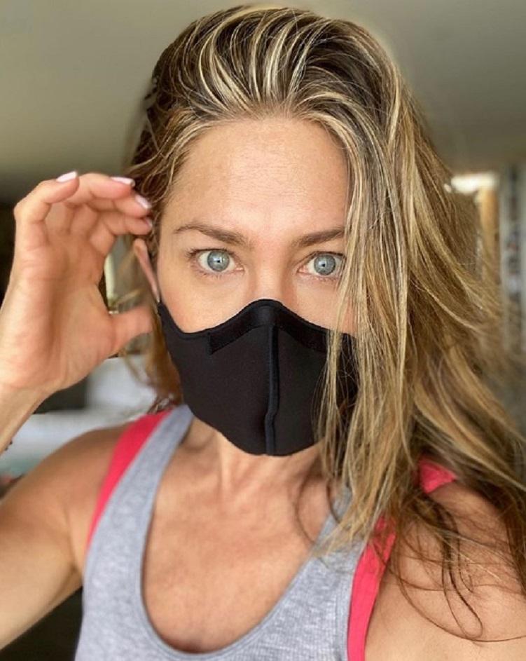 Любовь по-голливудски: Дженнифер Энистон обратилась к своей миллионной армии поклонников с призывом продолжать носить маски во время коронавируса