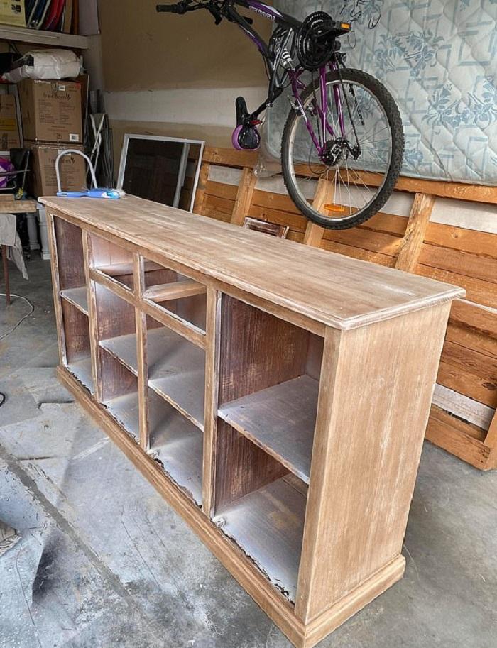 Выглядит дорого, а обошелся в копейки: женщина обновила старый деревянный шкафчик