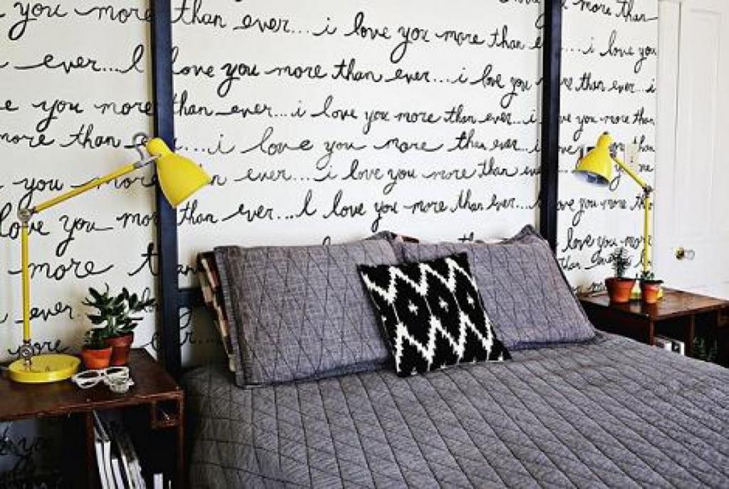 В простом интерьере спальни не хватало изюминки, и я придумала, как задекорировать одну из стен: получилось необычно и очень стильно