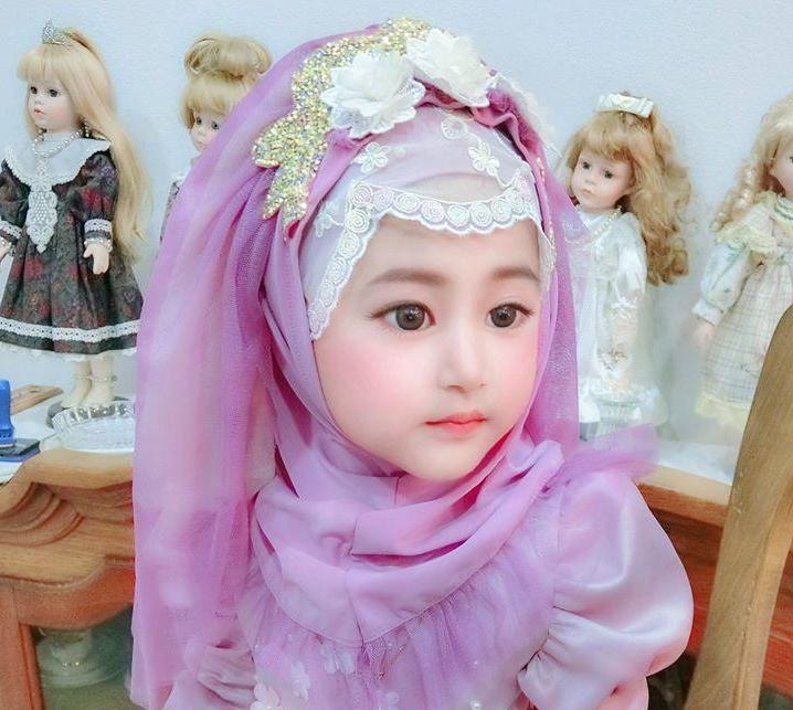 Год назад в Сети появились фото девочки, похожей на куколку. Многие не верили в ее естественную красоту и оказались правы (реальные фото ребенка)