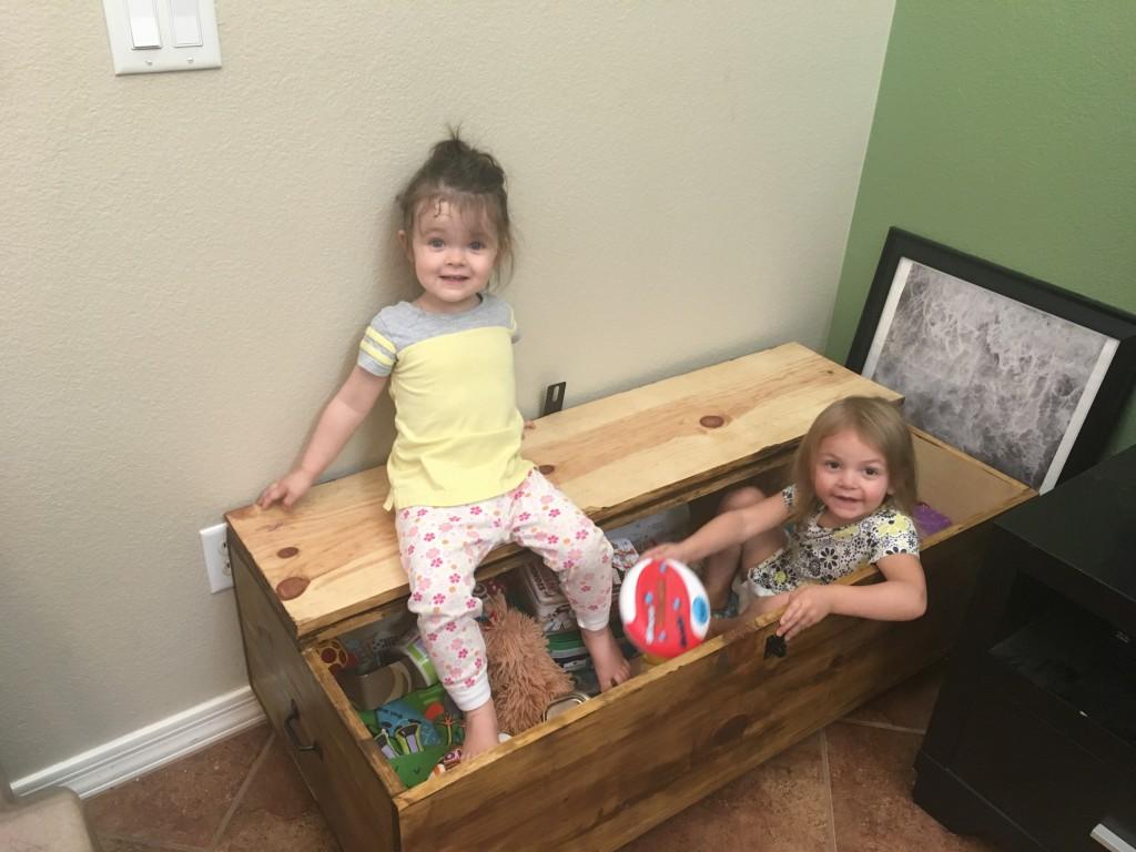 С малышами в четырех стенах может быть не просто. Когда чтение и мультики надоели, можно задействовать игру в раковине и танцевальную вечеринку