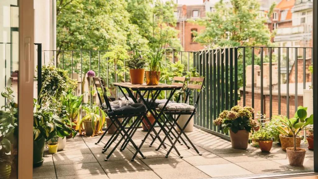 Как сделать балкон естественным и уютным продолжением интерьера? Правильно выбрать напольное покрытие (советы экспертов)