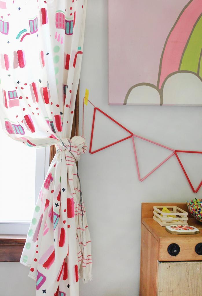 Для детской я самостоятельно раскрасила штору: комната сразу преобразилась