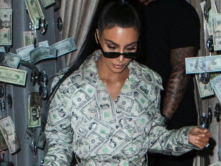 """Косметика, мобильная игра, линия одежды, телевизионное шоу и недвижимость: как Ким Кардашьян удается так много зарабатывать и каков ее """"чистый"""" капитал"""