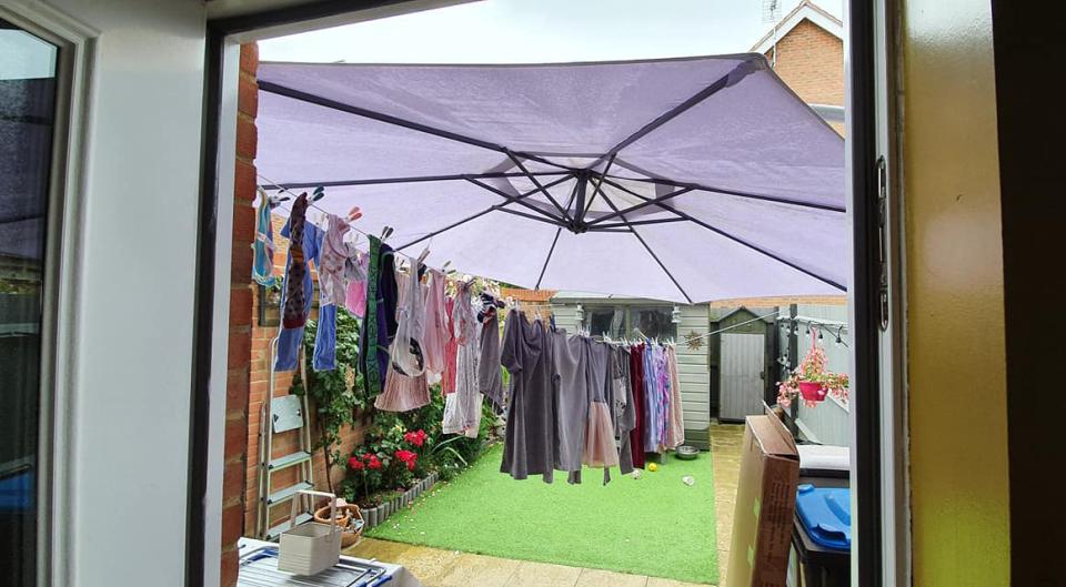 Когда начинается дождь, не бегу снимать белье, которое сохнет на улице, а достаю садовый зонт: лайфхак
