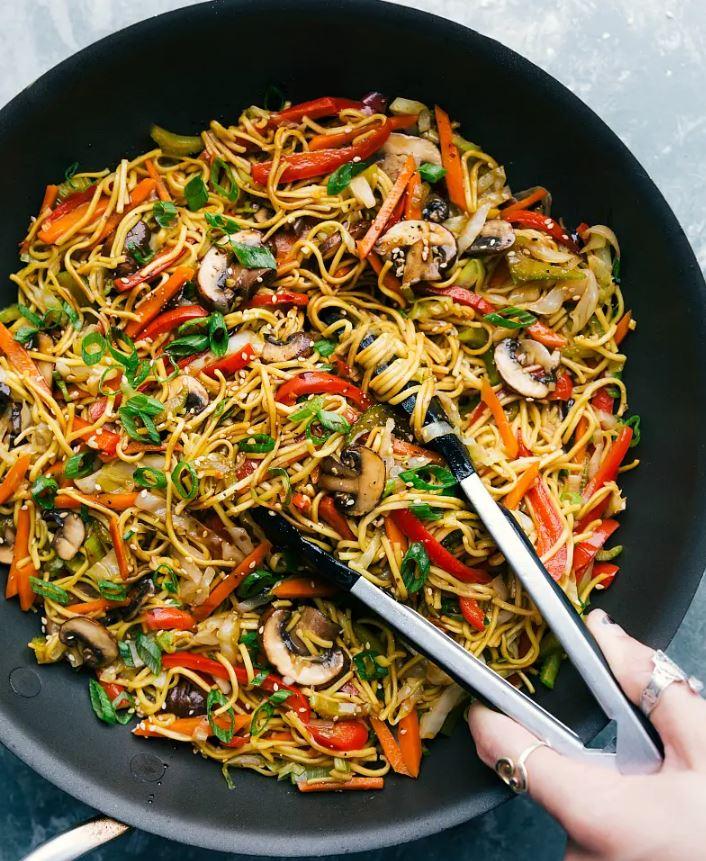 Часто готовлю гарнир из овощей с лапшой под пикантным соусом: отличное вегетарианское блюдо за 20 минут