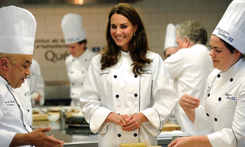 """Шоколад и сумки для королевы, индийская кухня для Кейт, картошка фри для Меган, """"Игра престолов"""" для Уильяма - маленькие """"человеческие"""" радости королевской семьи"""