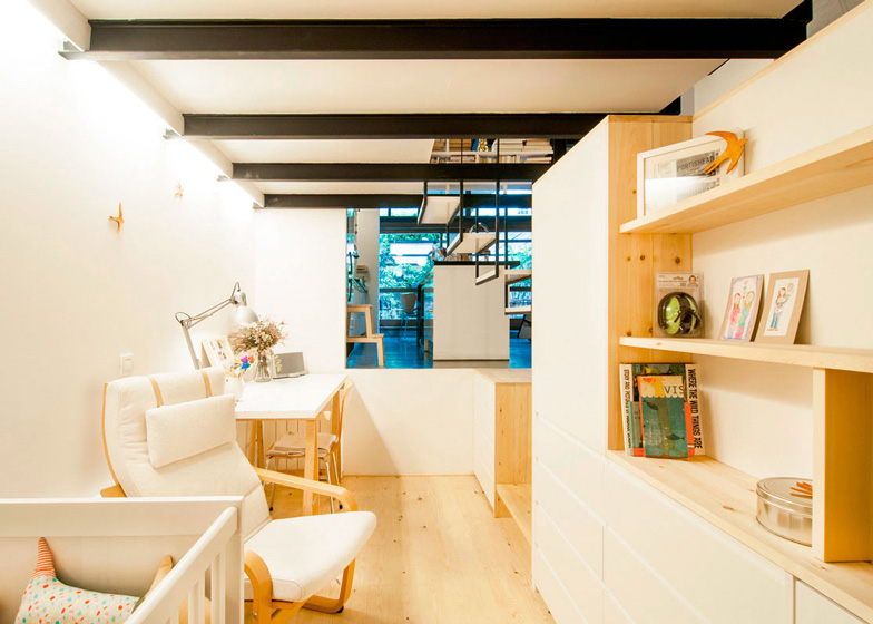 Подвесная лестница, встроенная мебель и даже небольшая терраса: из старой прачечной сделали невероятно стильную двухуровневую квартиру
