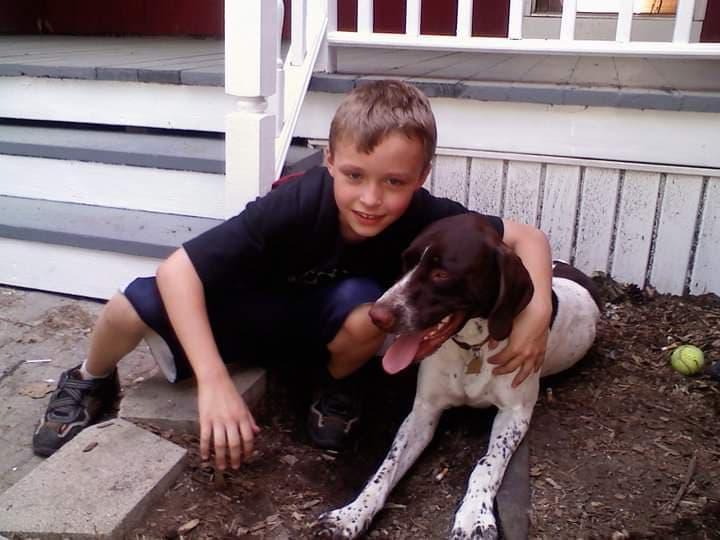 Одиннадцать лет спустя: семья воспроизводит фото мальчика и его собаки