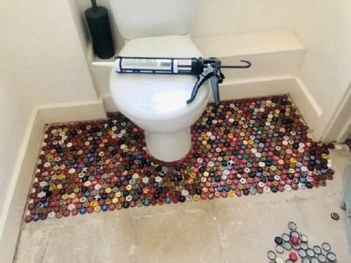 А вам слабо? Дизайнерский пол в ванной из пластиковых крышек сделала своими руками одна семейная пара