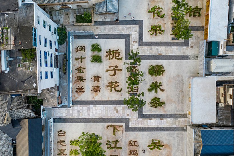 На общественной площади в Китае высадили травяной сад в виде иероглифов: раньше здесь был старый рынок
