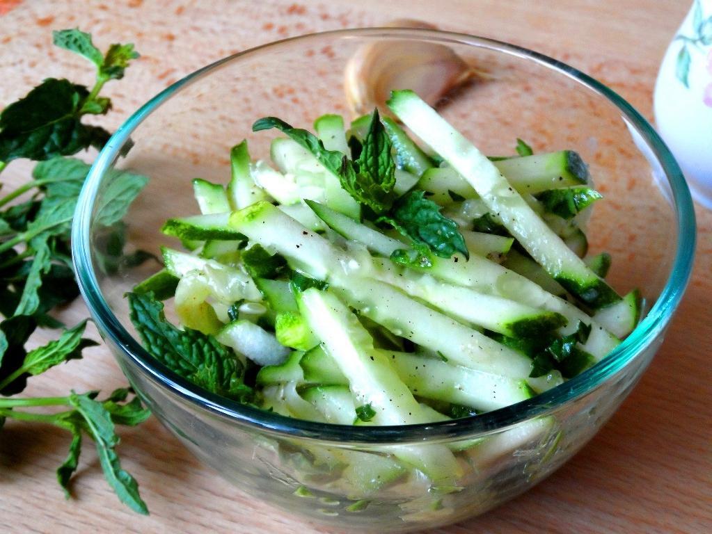 Вкусный салат из огурцов на зиму «Дамские пальчики». Гости его всегда съедают первым
