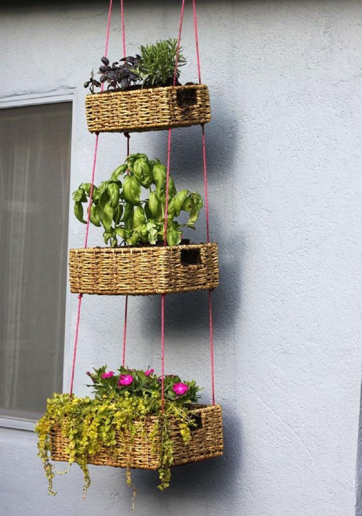 Сделала на улице навесной вертикальный сад из плетеных корзин: выглядит очень уютно и романтично