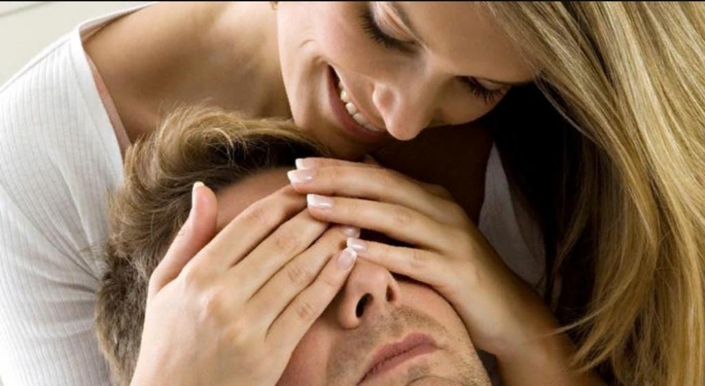 Улыбка и нежное прикосновение или скрещенные руки и насмешливая гримаса: как правильно читать эмоции партнера