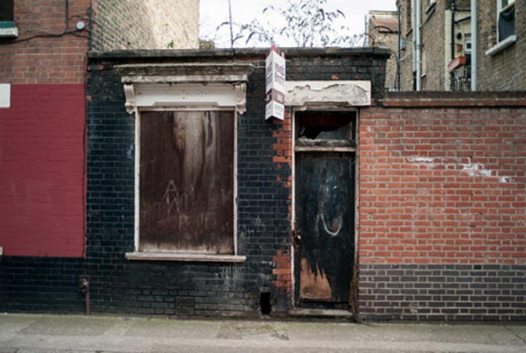 Бывшую заброшенную мастерскую переделали в кирпичный дом. Пусть он небольшой, уютный дизайн окупает все с лихвой