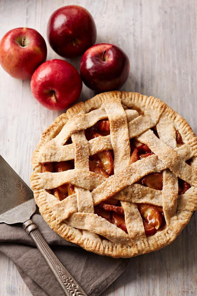 Подруга из США рассказала, что они всегда в начале июля едят американский пирог. Меня не впечатлила такая выпечка с яблоком, но у нее своя история