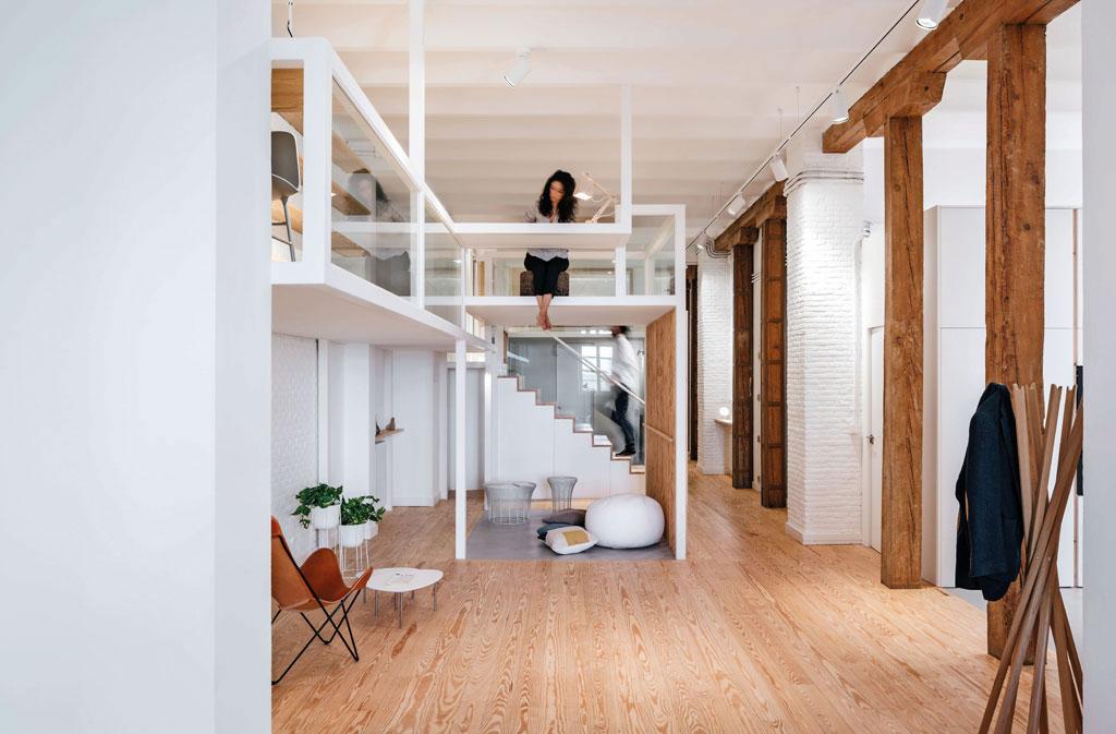 Дизайнеры создали дом-матрешку для двух фрилансеров: 10 конструкций разной высоты выполняют различные функции в зависимости от требований хозяев