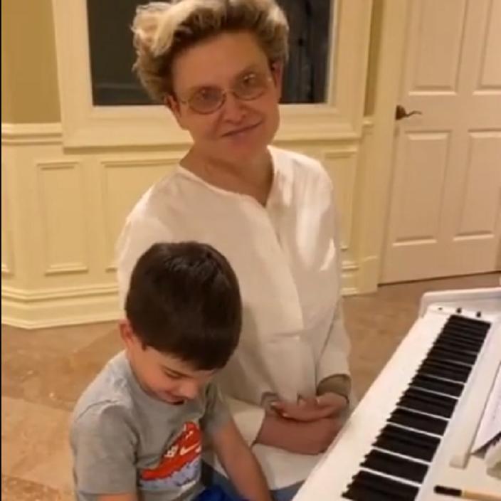 Телеврач Елена Малышева сыграла в четыре руки с внуком на пианино: мне понравилось (видео)