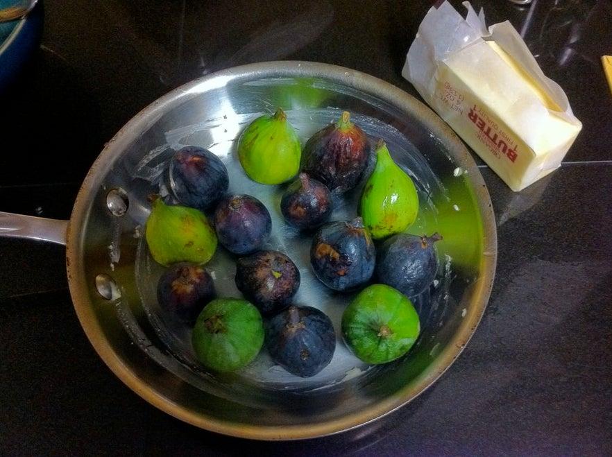 Для особых случаев готовлю изысканный десерт с инжиром, ликером и взбитыми сливками. Просто объедение