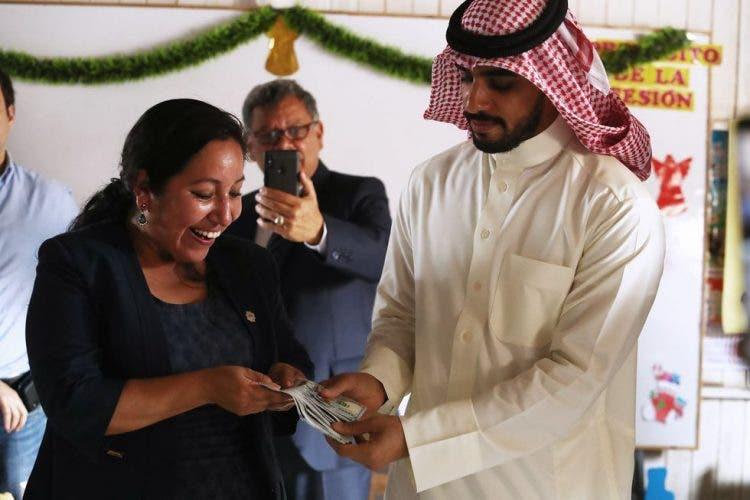 Молодой арабский предприниматель пожертвовал по 100 долларов 15 000 семей, чтобы помочь им во время пандемии