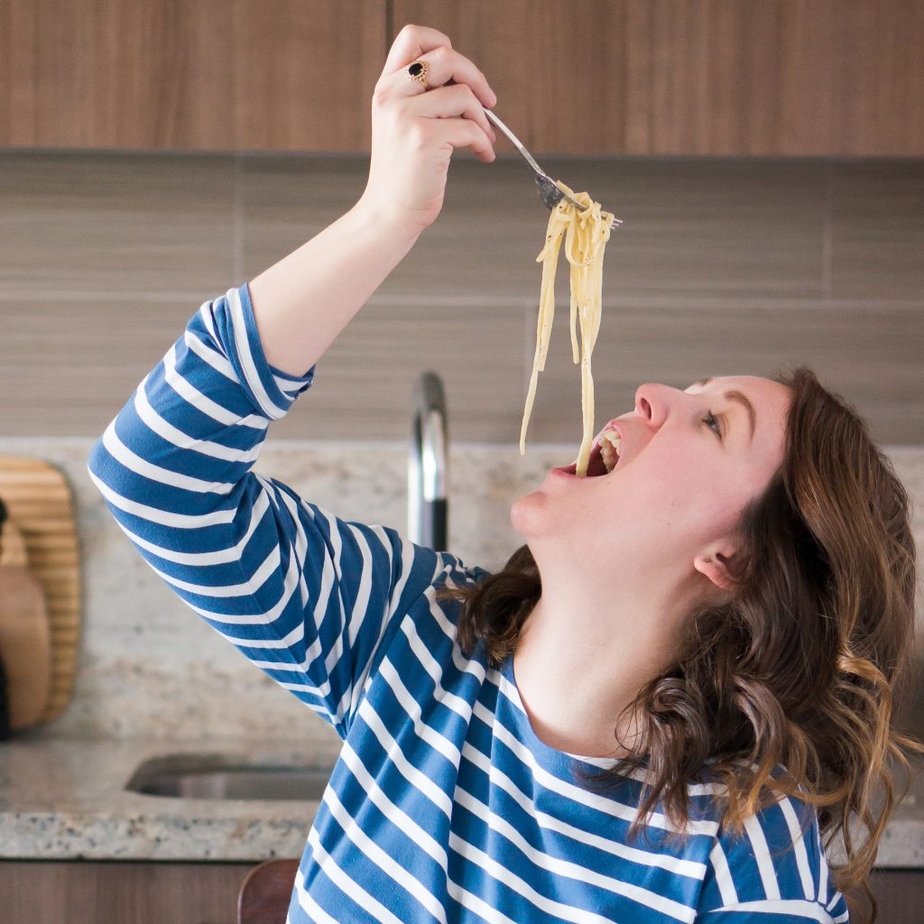 Женщина приготовила вкусную пасту карбонара прямо в мультиварке: проще рецепта не найти