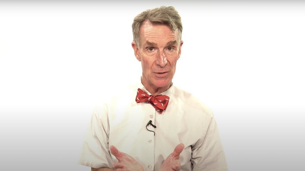Актер, инженер и популяризатор науки Бил Най провел эксперимент по защите от коронавируса и посоветовал людям не путать шарф с маской