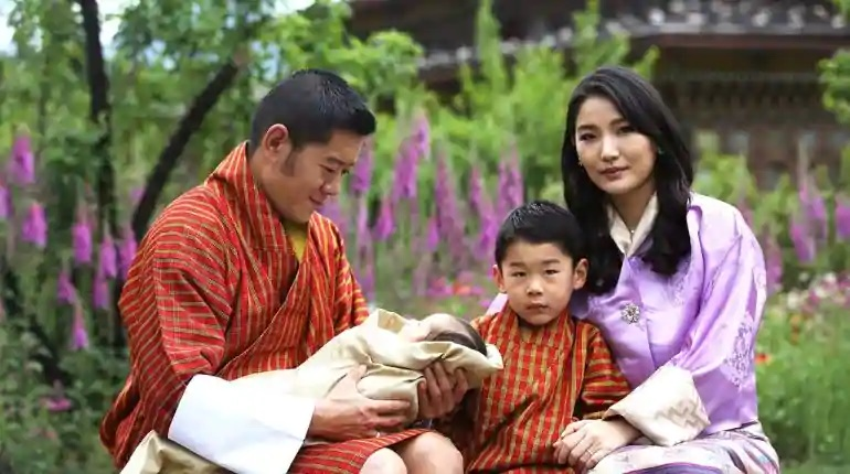 Посмотрите на нового принца: король и королева Бутана поделились фотографиями своего младшего сына