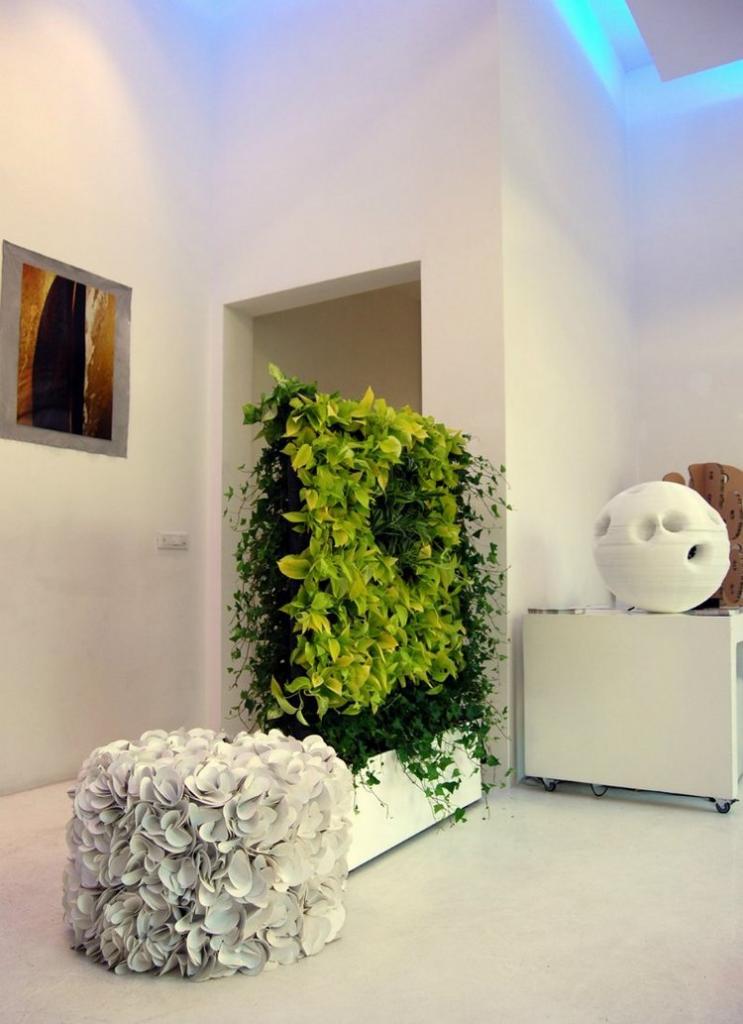 Добавление зелени в интерьер в виде нескольких растений - всегда хорошая идея, но чтобы действительно оживить свой дом, оформите живую стену