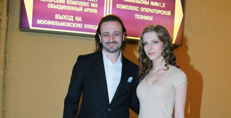 46-летний Илья Авербух и Лиза Арзамазова (Галина Сергеевна из Папиных дочек) не хотят делать шоу из личной жизни