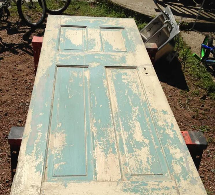 Из старой соседской двери решила сделать оригинальную вешалку в прихожую