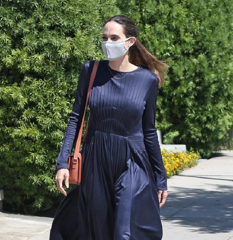 Анджелина Джоли была замечена за покупками товаров для творчества для своего 12 летнего сына: на фото она выглядит не только элегантно, но и счастливо