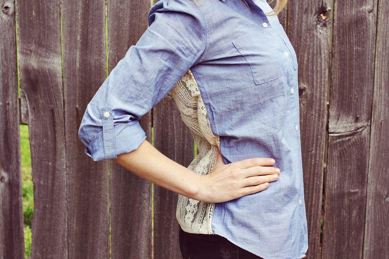 Переделала старую джинсовую рубашку, теперь у нее кружевная спинка: это очень просто даже для новичков