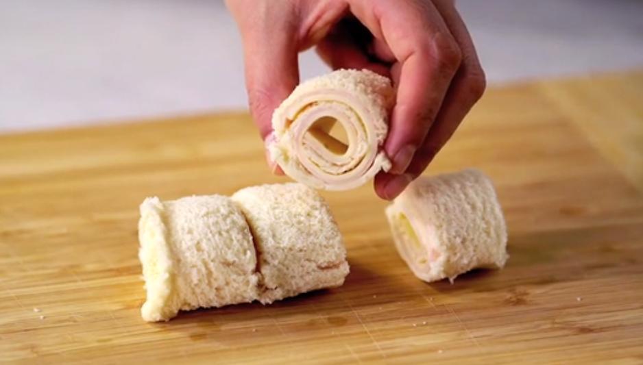 Бутерброд с ветчиной и сыром сворачиваю в рулет, варю медово-горчичный соус и запекаю вкусную закуску: рецепт