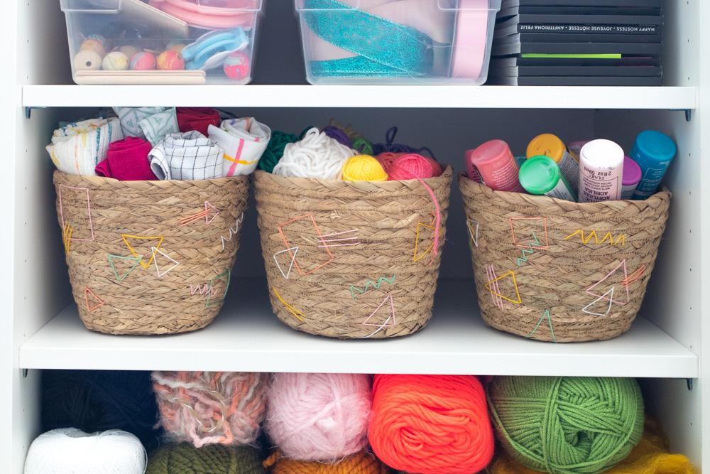 Решила немного украсить плетеные корзины для хранения: получилось симпатично