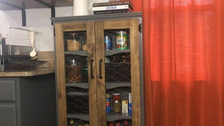 Нет кладовой на кухне? Я нашла способ решить проблему: переделала книжный шкаф в мини-кладовку