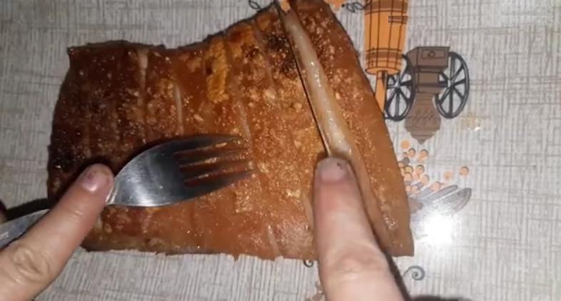 У мамы получается свинина, которая тает во рту: мясо вместе с гарниром она готовит не в духовке