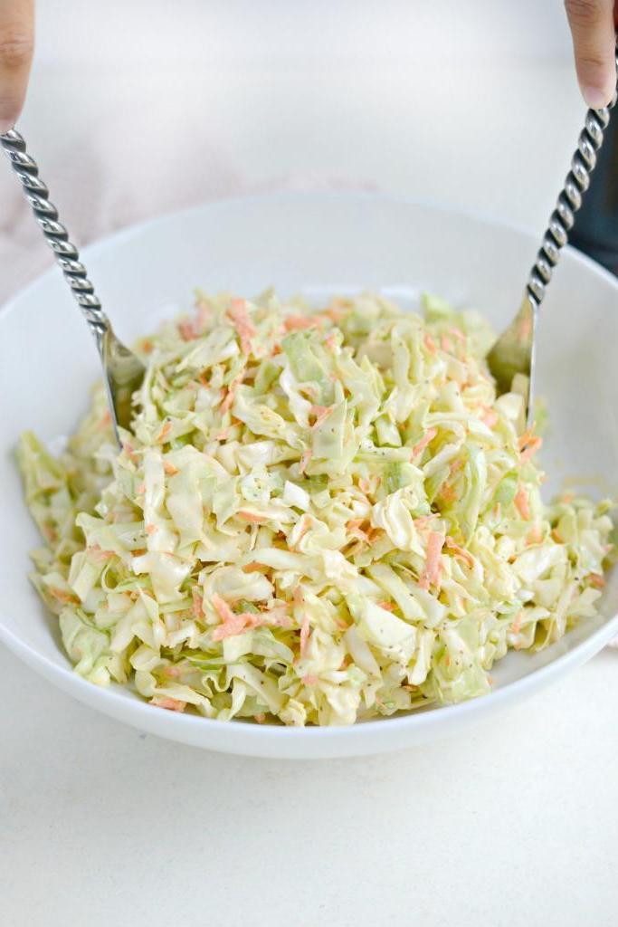 Простой капустный салат не стыдно подать гостям. Секрет в добавлении винного уксуса