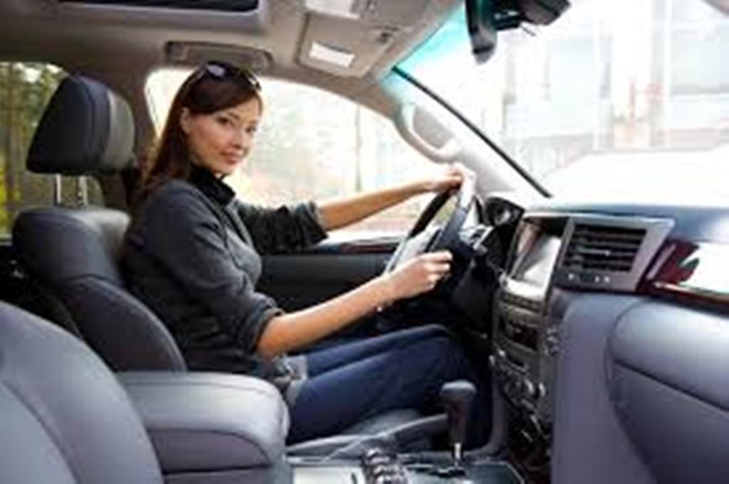 Женщинам водителям запретят краситься? Почему макияж может быть опасен, даже если наносить его дома
