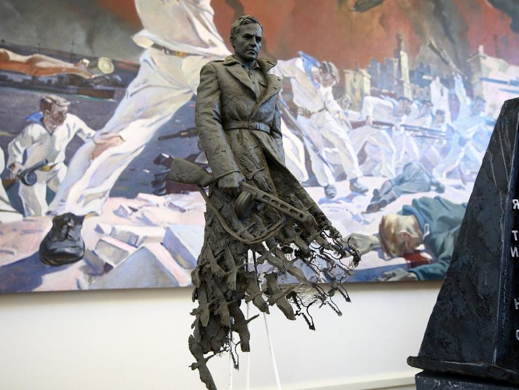 Фигура солдата превращается в стаю журавлей: новый монумент под Ржевом