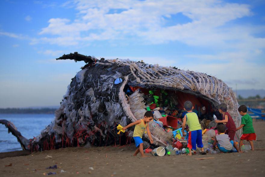 Как настоящий: на Филиппинах создали инсталляцию кита, наполненного пластиком, чтобы напомнить людям о загрязнении океана