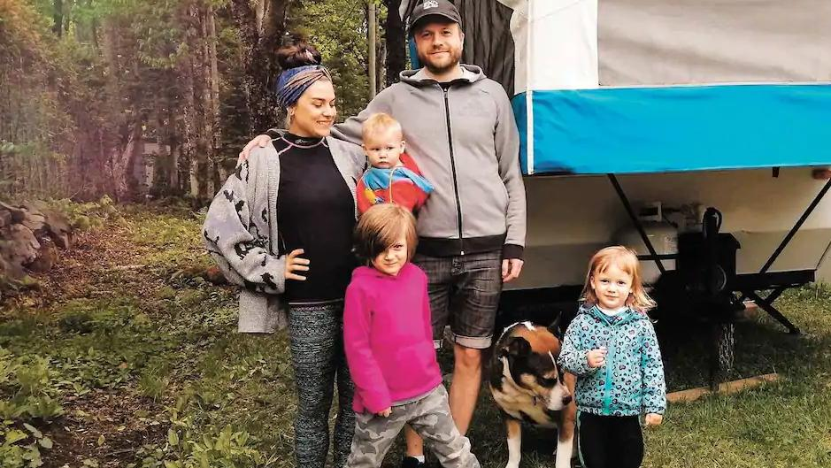 В гармонии с природой: семья с тремя детьми и собакой отправляется жить в лес на все лето