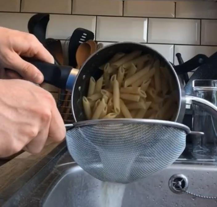 Всю жизнь готовила макароны неправильно: свекровь подсказала лайфхак