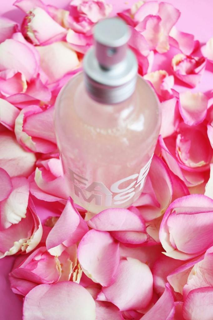 Подобрала идеальный состав розовой воды для ухода за лицом: я добавляю в нее масла, витамины и алоэ вера