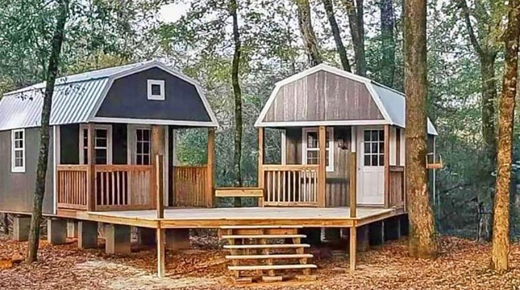 Любовь или неприязнь? Пара построила два дома, объединенных общим помостом, чтобы не мешать друг другу