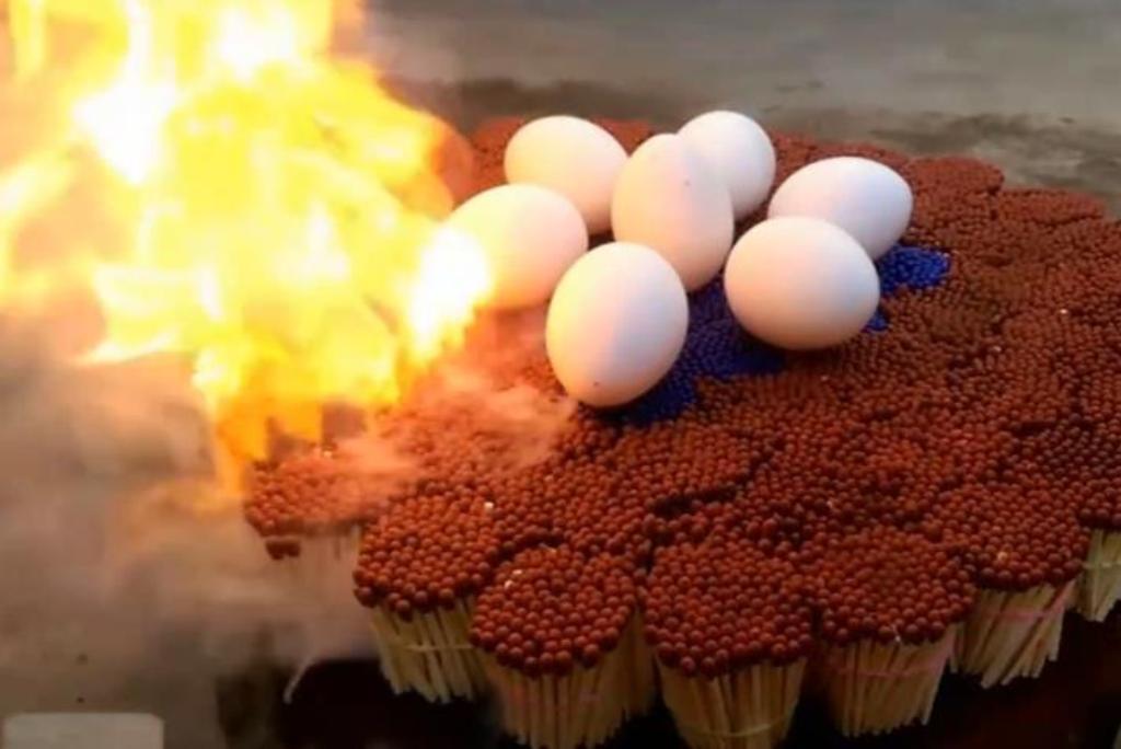 Насладился и моментом, и вкусом: парень приготовил 7 яиц на 20 000 спичках