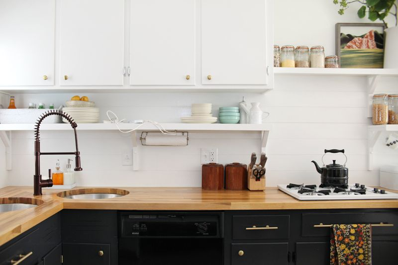 Фартук на кухне мы сами отделали обычной фанерой. Результат выглядит очень красиво, и затраты были минимальными