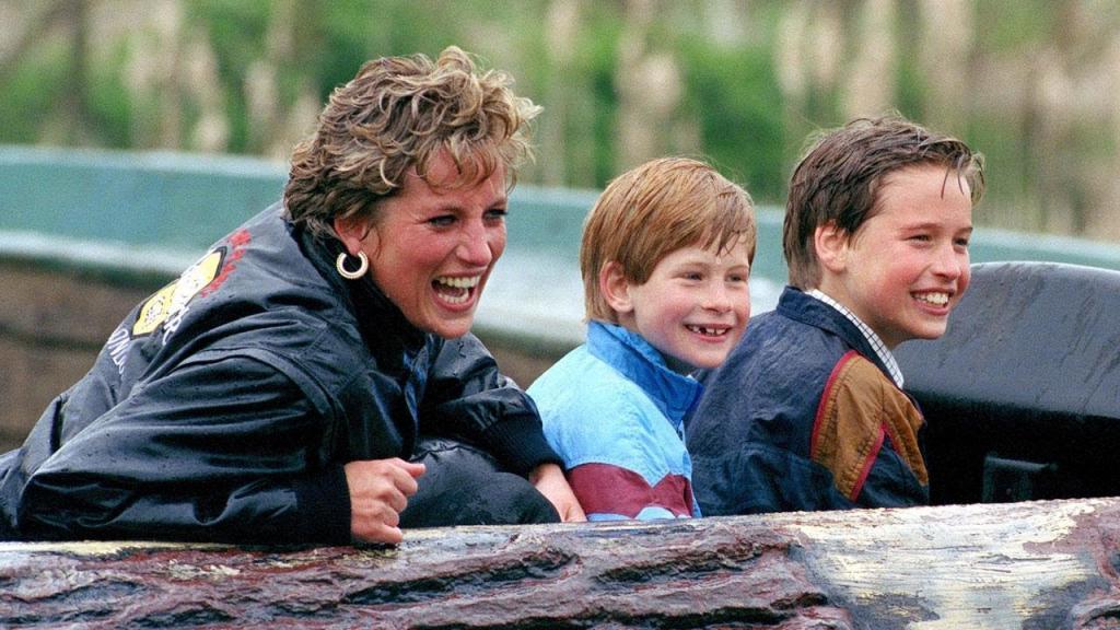 Мама из королевской семьи: как принцесса Диана нарушала правила, просто забирая сыновей из школы и отдыхая с ними в Диснейленде
