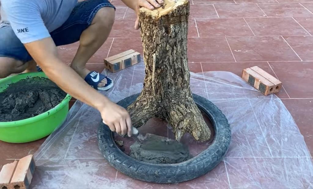 Муж взял старый пень, шину, несколько полотенец и залил цементом: его поделке завидуют все соседи