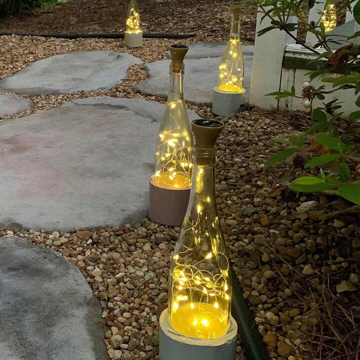 Украсила свой двор милыми фонариками, которые сделала из винных бутылок